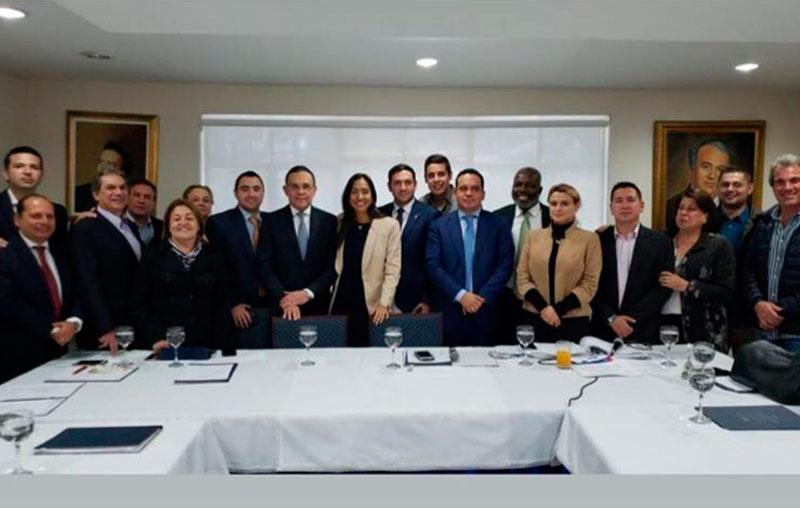 El partido Conservador alcanzó a publicar una foto dándole su apoyo a la candidata del Centro Democrático, Claudia Zuleta.