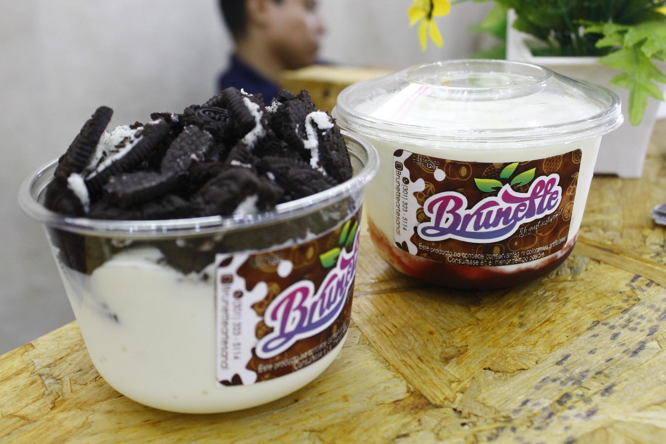 Con la leche sacan productos como yogurt con galleta, entre otros emprendimientos que permiten que más familias vallenatas se consoliden.  FOTO: EL PILÓN.