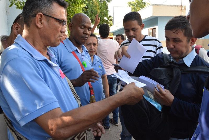 Trabajadores que cumplían entre ocho y 20 años de trabajo, incluso más, recibieron ayer sus cartas de despido a las puertas de la empresa.   FOTO/SERGIO MCGREEN