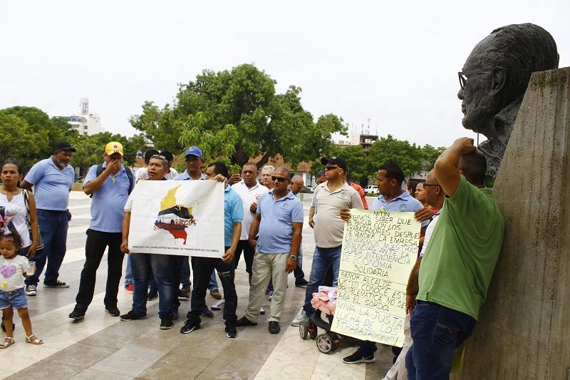 Extrabajadores de Cootraupar reclaman el cumplimiento de sus derechos prestacionales en la puerta de la Alcaldía.  FOTO/JOAQUÍN RAMÍREZ