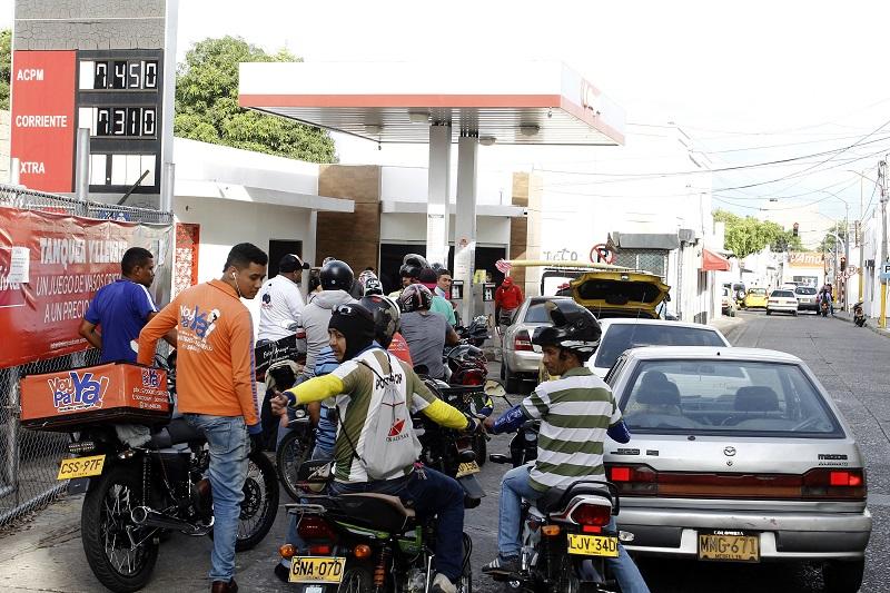 En algunas estaciones de servicio que aún tienen gasolina subsidiada se observan largas filas. Como suele ocurrir en la ciudad a finales de mes lo que prima es el combustible a precio pleno.   FOTO/ JOAQUÍN RAMÍREZ