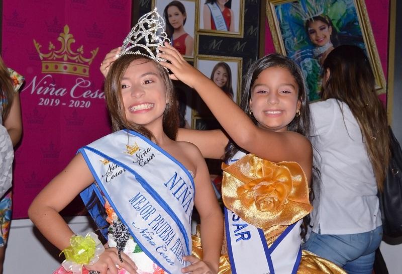 Natalia Michel Beltrán Arenas recibió la corona, banda y cetro de parte de la Niña Cesar 2018, Mariana Alejandra Amaris Céspedes.