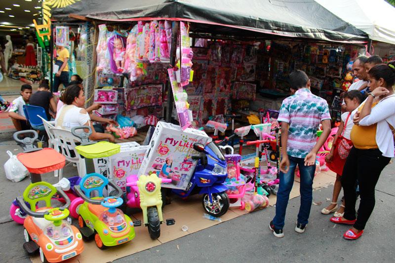 Vendedores ambulantes, que en su mayoría son madres cabezas de hogar, se reúnen en la feria del juguete para ofrecer una amplia gama de artículos de entretenimiento para niños y niñas.
