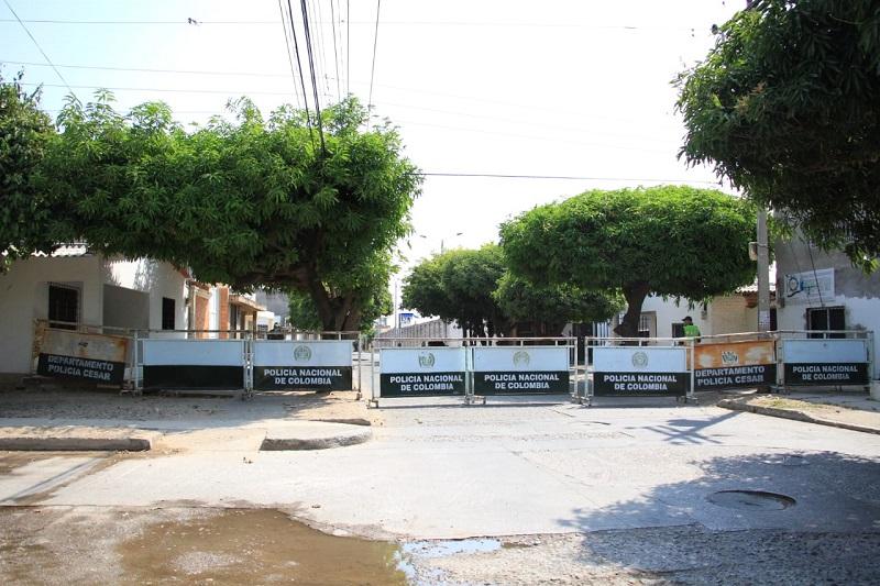A las afueras de la cárcel Judicial de Valledupar pusieron vallas de la Policía Nacional.   FOTO/ESTEFANY ROJAS.