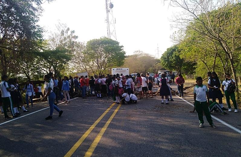 Estudiantes de la Institución Educativa de Río Seco habían bloqueado la vía por falta de transporte escolar.   FOTO/CORTESÍA.
