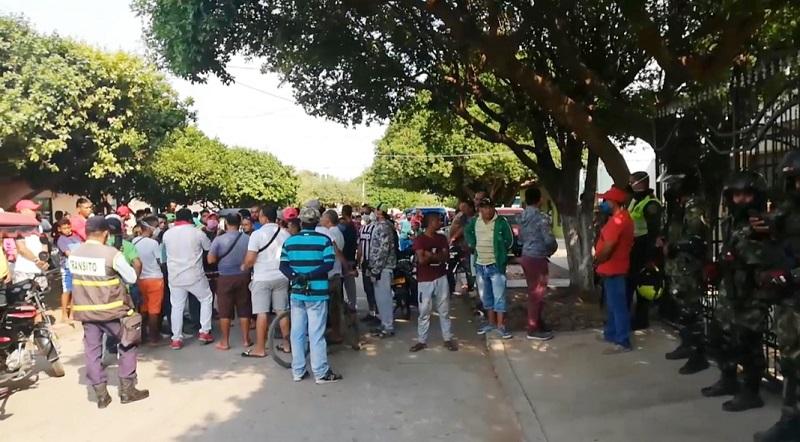 La gente se aglomeró a las afueras de la casa del alcalde del municipio.   FOTO/CORTESÍA.