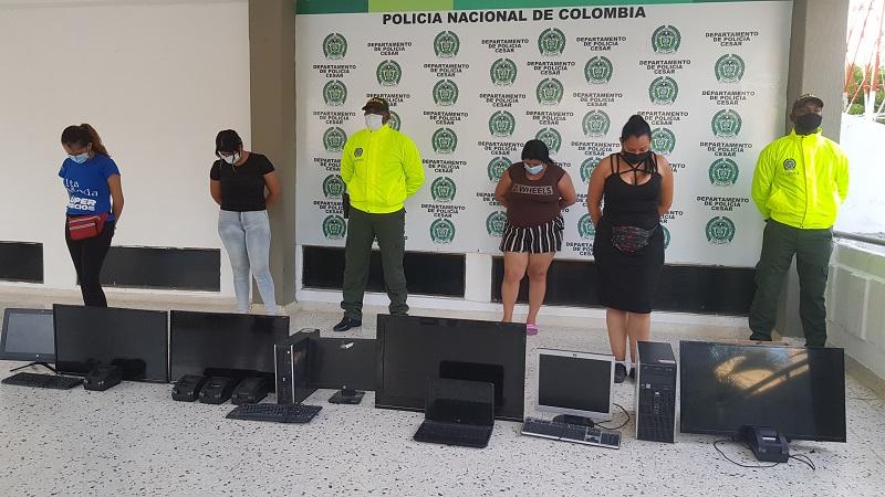Las detenidas con los dispositivos incautados.   FOTO/CORTESÍA.
