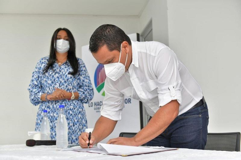 La firma del convenio, que permitirá el estudio y diseño de cinco proyectos para el Cesar, se realizó en el edificio del Archivo Departamental.   FOTO/GOBERNACIÓN DEL CESAR.