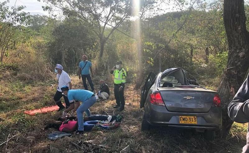 Así quedó el vehículo y los ocupantes del carro accidentado.  FOTO/CORTESÍA.