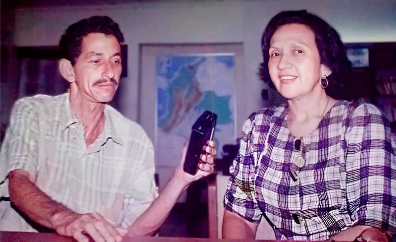 Juan Rincón Vanegas con 'La Cacica' Consuelo Araujonoguera, en una de sus entrevistas.  FOTO/CORTESÍA.