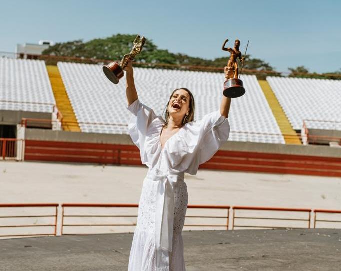Margarita Doria Carrascal con su trofeo de reina vallenata de la Canción Inédita.   FOTO: CORTESÍA.