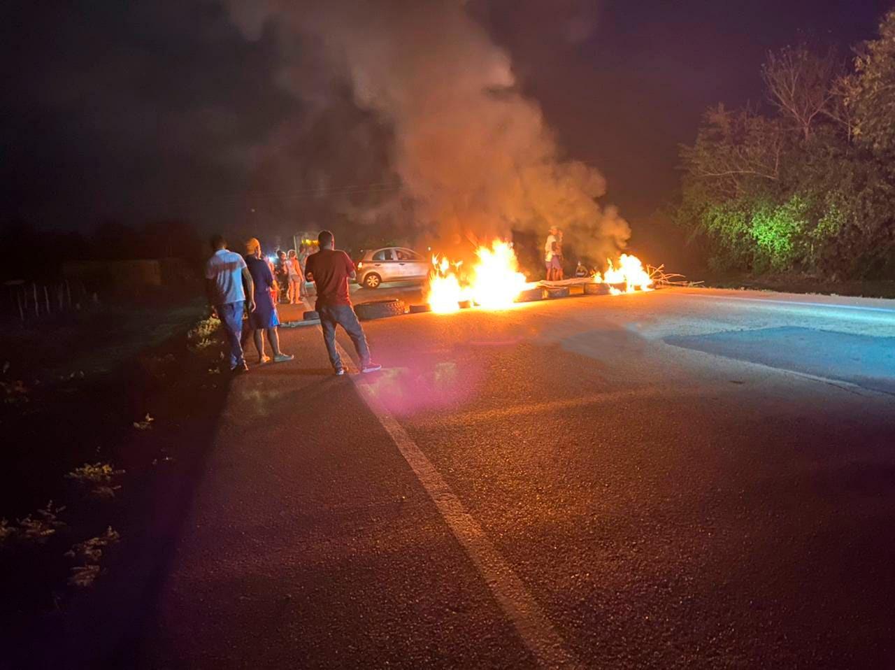 La comunidad de Tamalameque obstruyó la entrada al municipio con neumático y leñas.