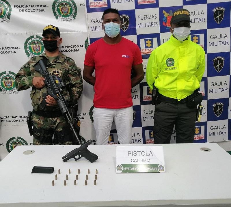 Carlos Alberto Barros tenía una pistola Glock-17 al ser capturado.  FOTO: CORTESÍA.