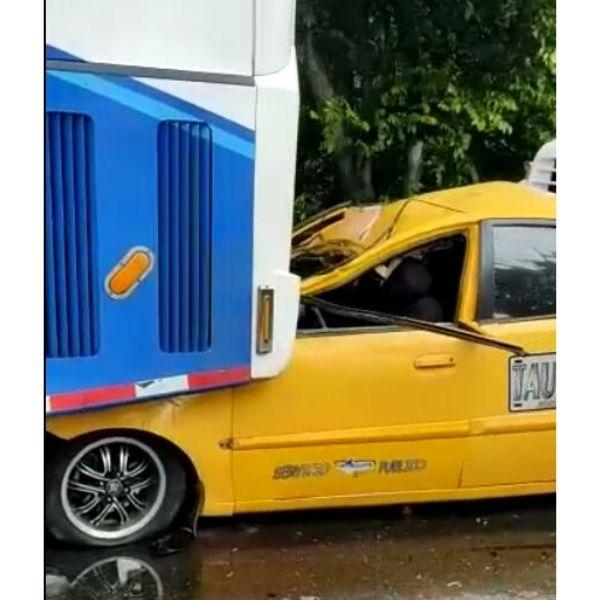 Cuatro vehículos, entre esos un taxi, estuvieron  involucrados en el accidente.