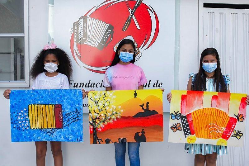 Estas son las ganadoras del concurso 'Los niños pintan el Festival Vallenato'.    FOTO: CORTESÍA.