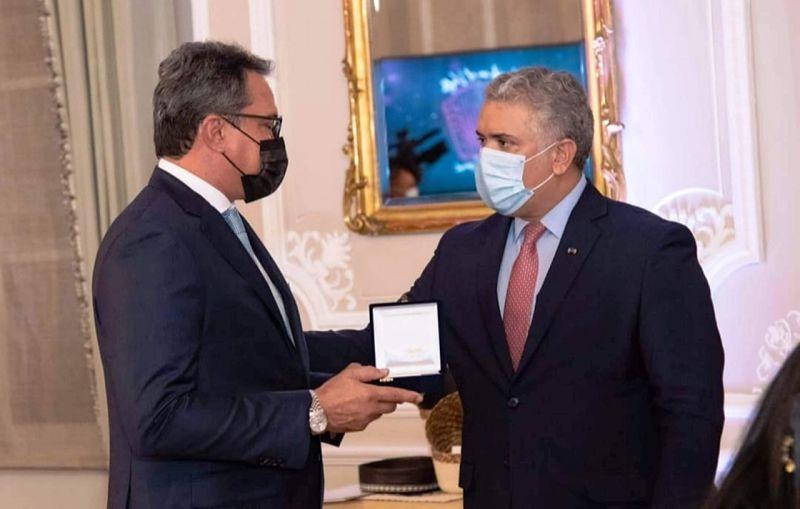 Rodolfo Molina recibió la Orden de Boyacá de manos del presidente Duque.   FOTO: CORTESÍA.