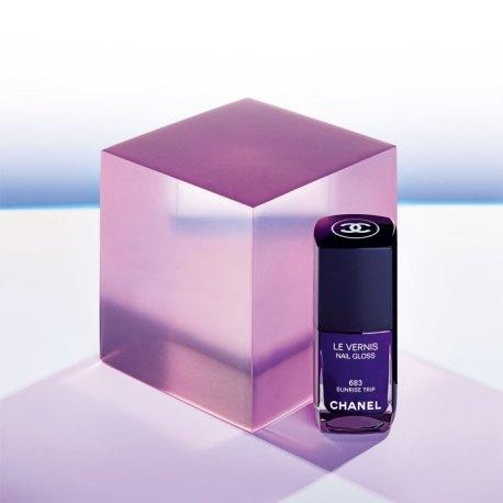 Esmalte, Chanel. La nueva colección L.A. Sunrise presenta, entre otros productos, las nuevas tonalidades de esmaltes, como es el 683 Sunrise Trip o el 679 Vert Obscur, aliados ideales para este invierno.