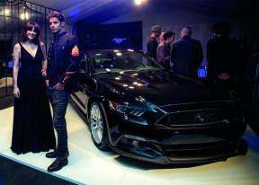 Connie Ansaldi y Benjamín Alfonso, en el Mustang Hall Unveil.
