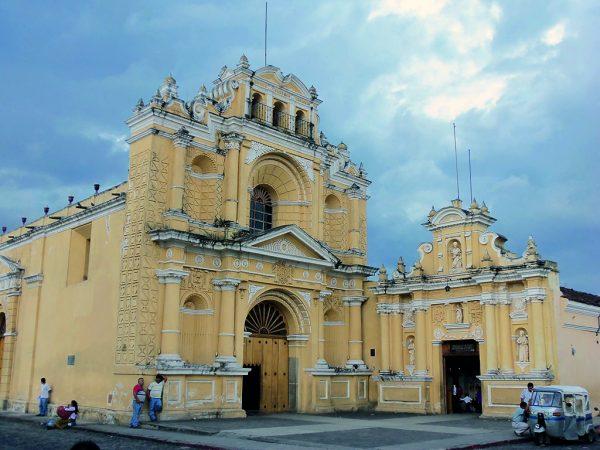 Vista completa de iglesia San Pedro, antigua Guatemala