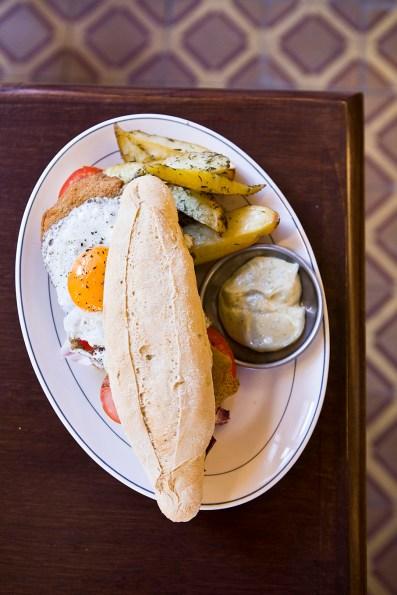 El sándwich de milanesa y huevo frito de Los Galgos, como en casa.
