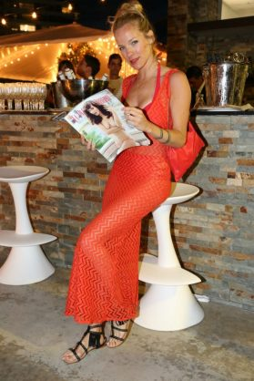 Virginia da Cunha, quien se robó los flashes en la noche esteña, lee atentamente la última edición de El Planeta Urbano, con Griselda Siciliani en la portada.