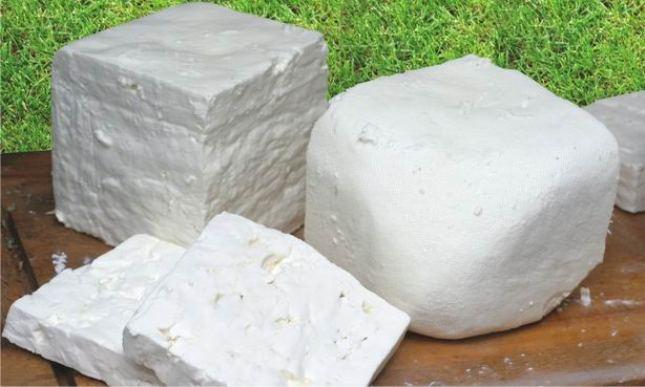 El-queso-feta-frances-es-cremoso-y-quebradizo-con-un-sabor-salado-elaborado-solo-con-leche-de-ovejas-El-Portal-del-Chacinado