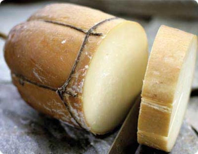Metsovone-el-queso-griego-ahumado-elaborado-con-leche-de-vaca-con-sabor-ligeramente-acido-similar-al-queso-suizo-El-Portal-del-Chacinado