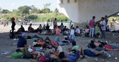 Caravana de 2 mil 500 migrantes intenta ingresar a México
