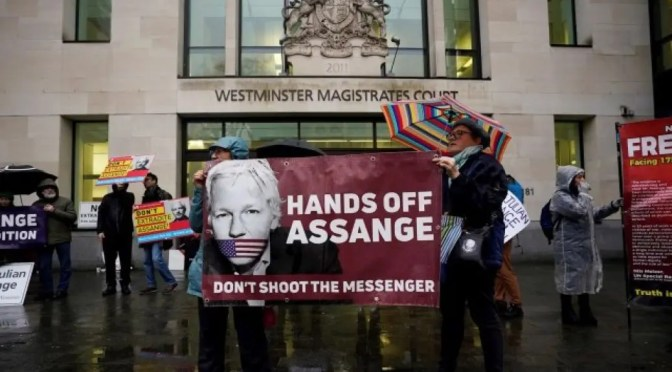 """Equipo de defensa de Assange: """"El imperio lo llama espionaje. Nosotros lo llamamos periodismo»"""