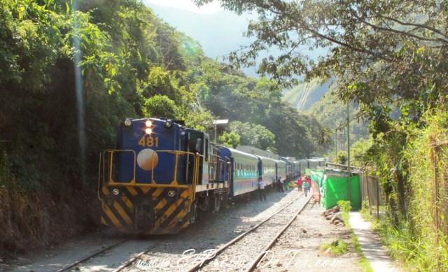Tren depasajeros y carga hacia Aguas Calientes