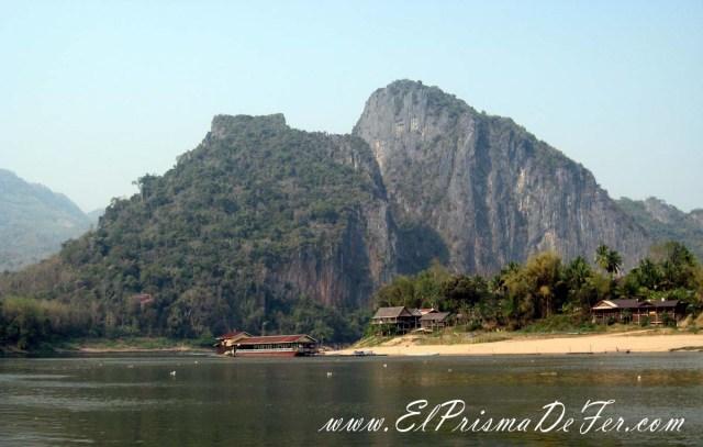 Montañas y pueblos en las orillas del Mekong