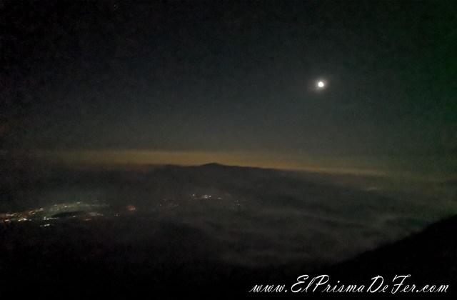 Se veía la luna y las estrellas desde el Monte Fuji