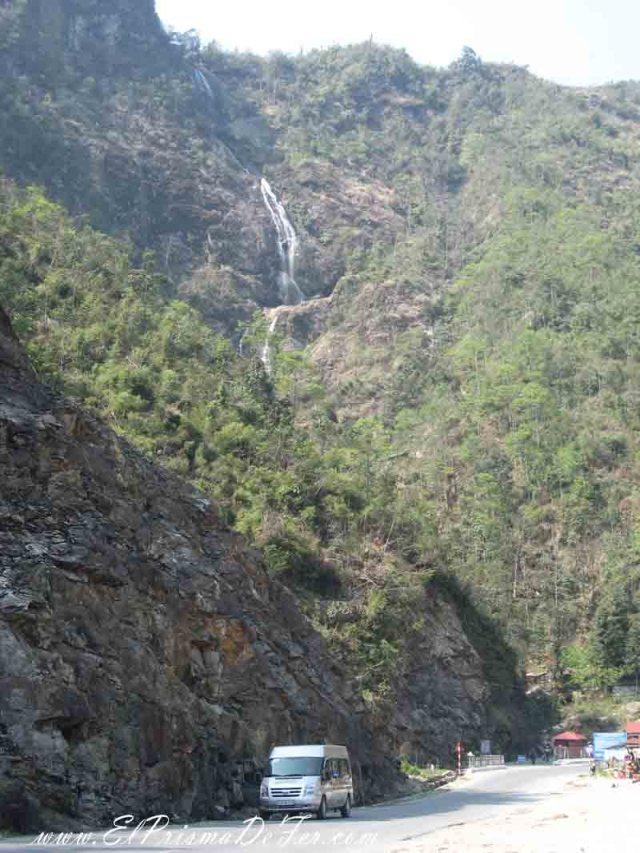 Vista desde la ruta a la Cascada de plata o Thac Bac o Silver Waterfall