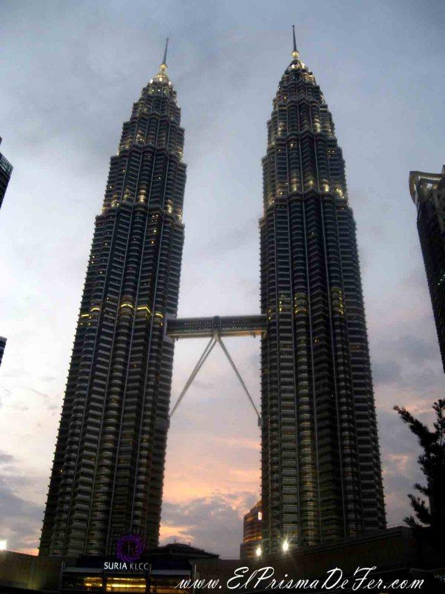 Bellas Torres Petronas al anochecer