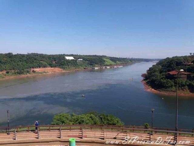 A la izquierda se ve Paraguay y el Río Parana. A la derecha se ve Brasil y el Río Iguazú