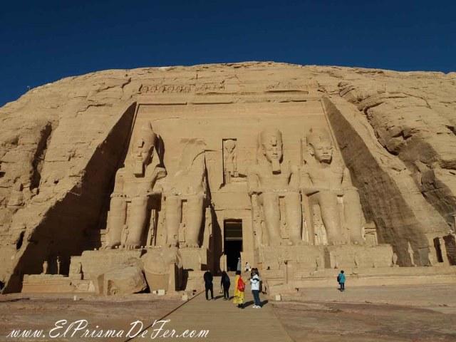 4 estatuas gigantes de Ramses II en la entrada de Abu Simbel