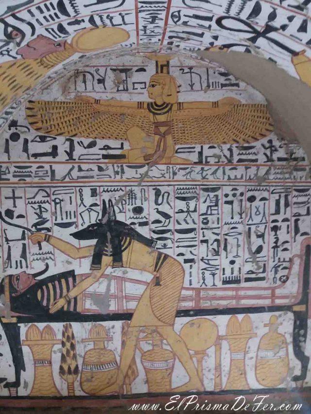 Dentro de las tumbas de los artesanos, se lo puede ver a Anubis, patrono de la muerte y de los embalsamadores