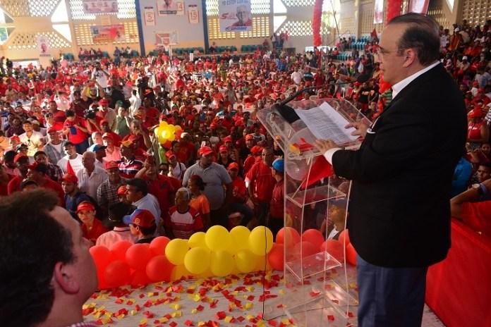 (foto). El candidato presidencial del PRSC habla en un masivo acto celebrado en Santiago.
