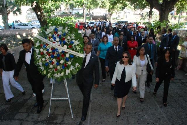 DSC_0762 La ONDP deposita ofrenda floral en el Dia del Defensor Publico en la plaza Fray Anton de Montesinos.