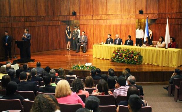 Ceremonia de entrega del Premio Nacional Álvaro Contreras, en el salón del BCIE.