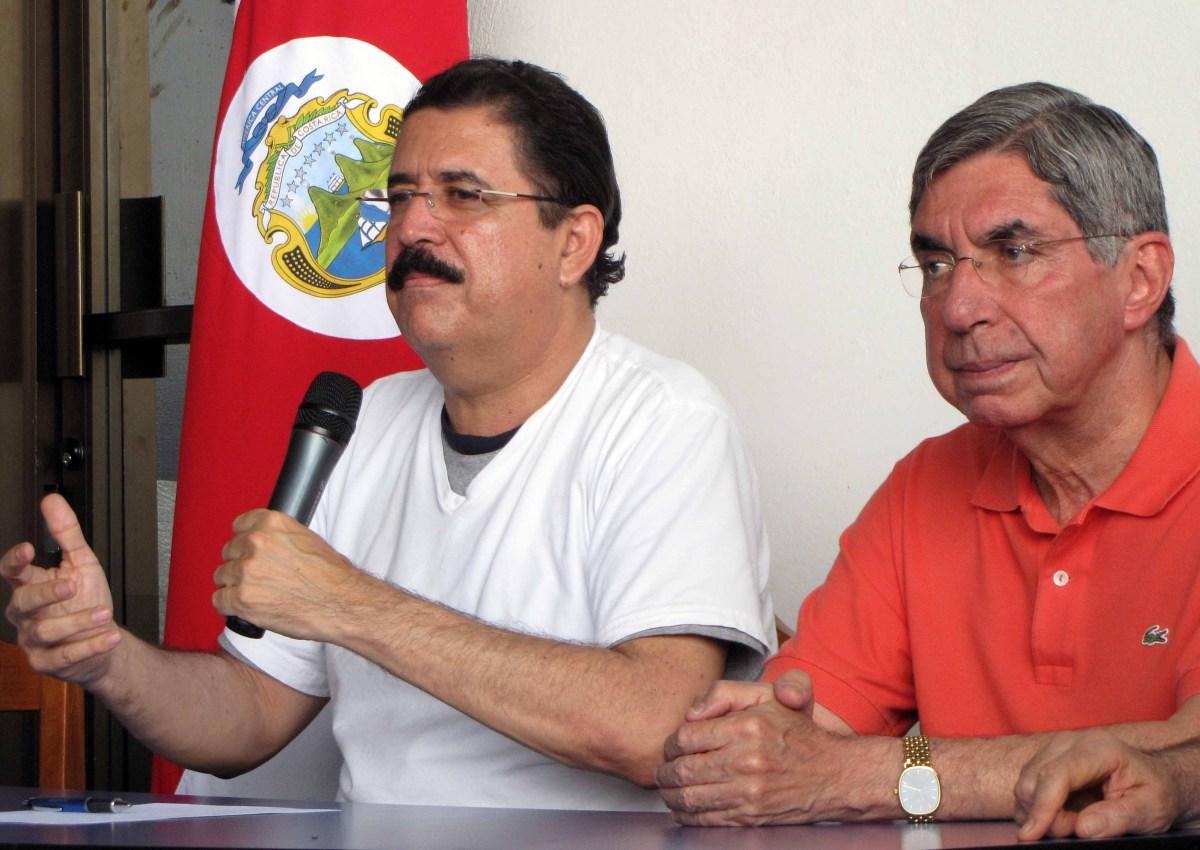 Primera aparición de Manuel Zelaya después del golpe de Estado de 2009, a su lado el presidente de Costar Rica Óscar Arias. AFP PHOTO LUIS RUEDA