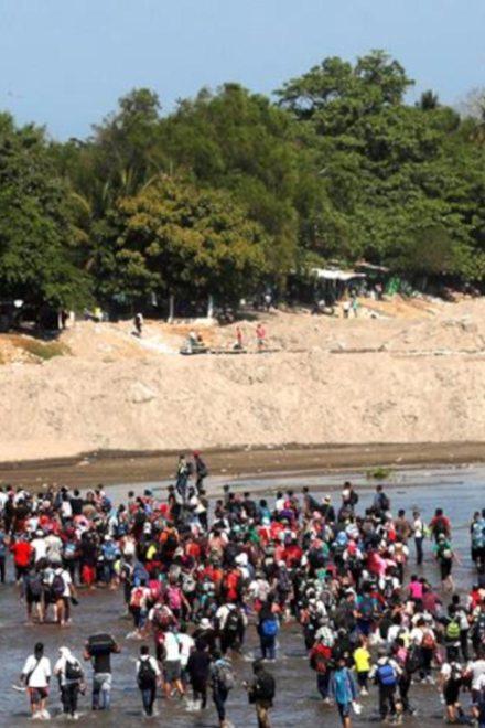 Entre enfrentamientos caravana cruza río y llega a México