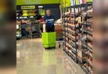 Video: ¡Graban a empleado de supermercado limpiando canastas con saliva!