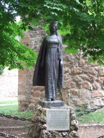 Estatua de la princesa Cristina, en frente de la Colegiata de San Cosme y San Damián, en Covarrubias (Burgos, España).