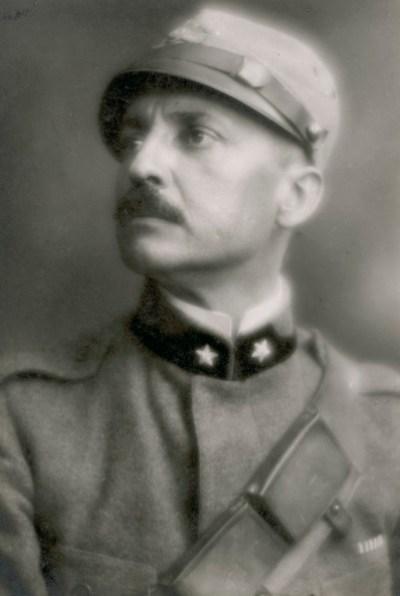 Filippo Tommaso Marinetti con uniforme (1915)