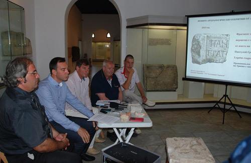 Arqueólogos búlgaros en la rueda de prensa del pasado 11 de julio