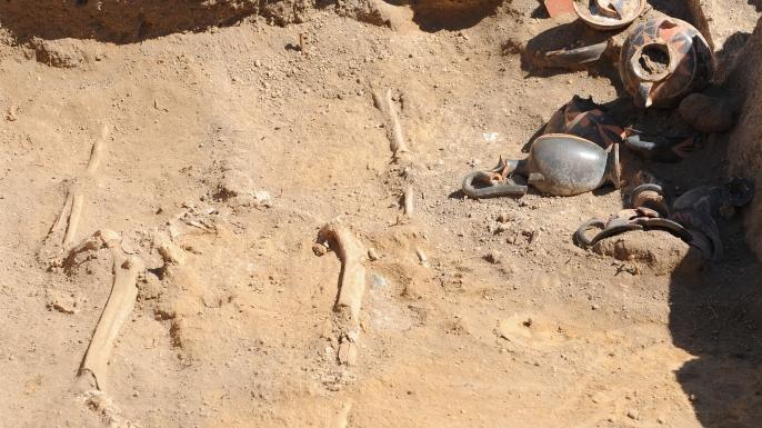La tumba samnita con el esqueleto de una mujer y varias ánforas descubiertas en el interior de las antiguas ruinas de Pompeya. (Crédito: MARIO LAPORTA / AFP / Getty Images)