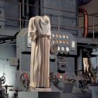 Estatua con peplo ante motor diésel (Foto:Web Oficial)