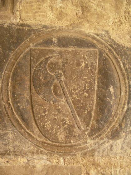 Emblema de la Orden del Hacha en el claustro de la catedral de Tortosa (s. XIV)