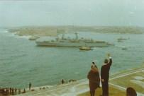 El Presidente de Malta dice adiós al HMS London, que abandona el país el 31 de marzo del 79... bye Británicos
